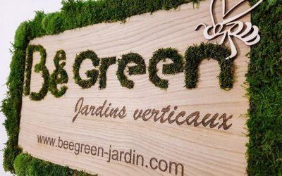 Enseigne végétalisée en bois – Bee-Green Jardins Verticaux