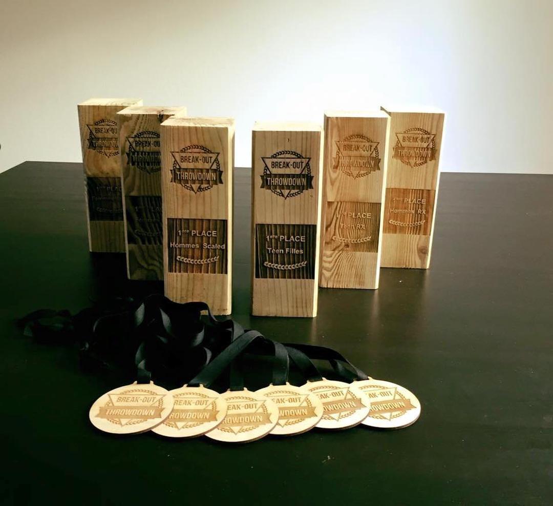 Trophées et médailles en bois gravé et découpé par laser pour Break Out Company