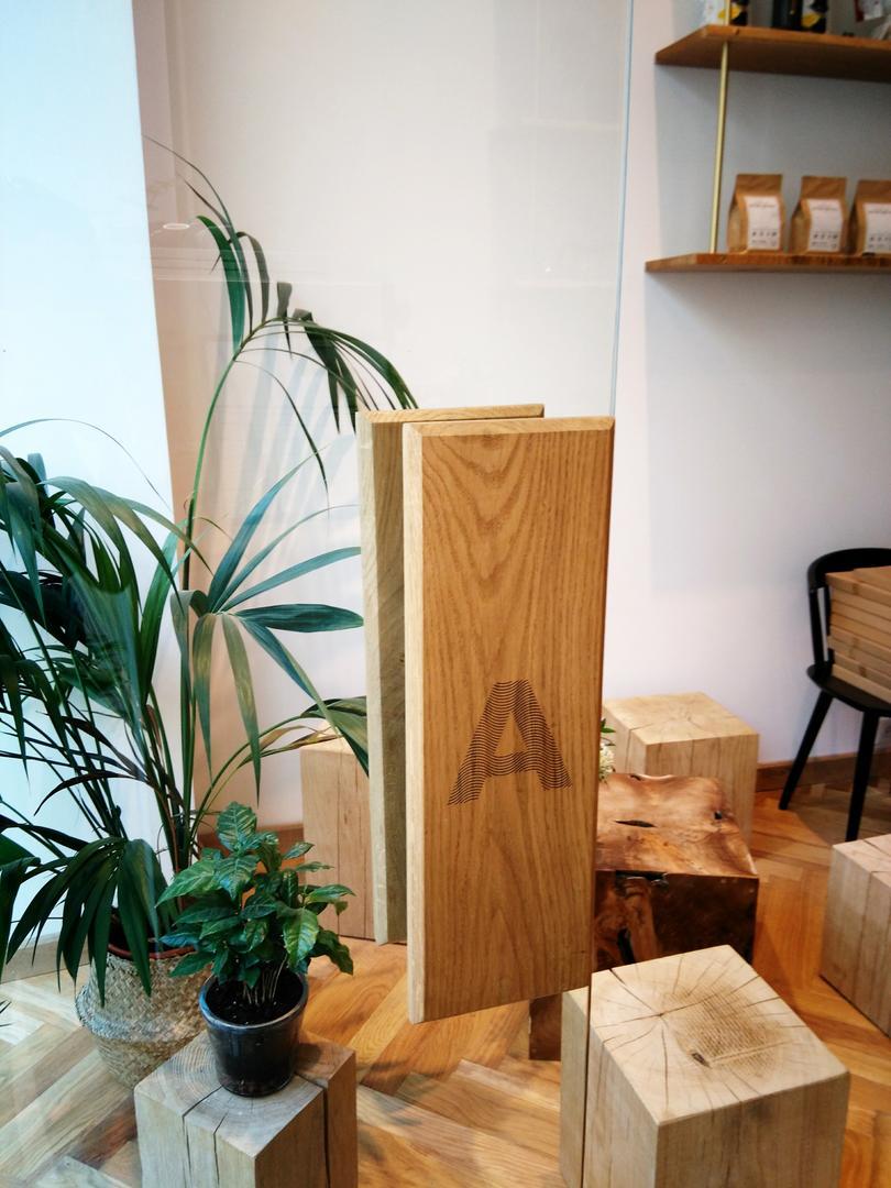 Poignée de porte en bois gravée par laser pour L'Alchimiste Torrefacteur