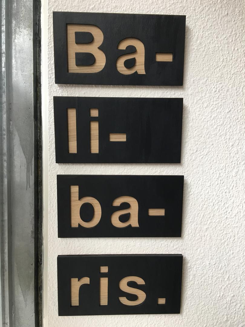 Enseigne logo décoratif signalétique en bois découpé par laser pour la boutique balibaris