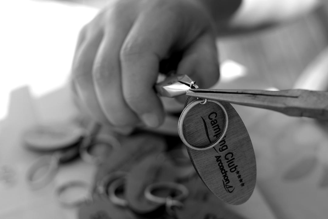 Porte clés en bois gravé et découpé par laser pour le Camping Club du Bassin d'Arcachon