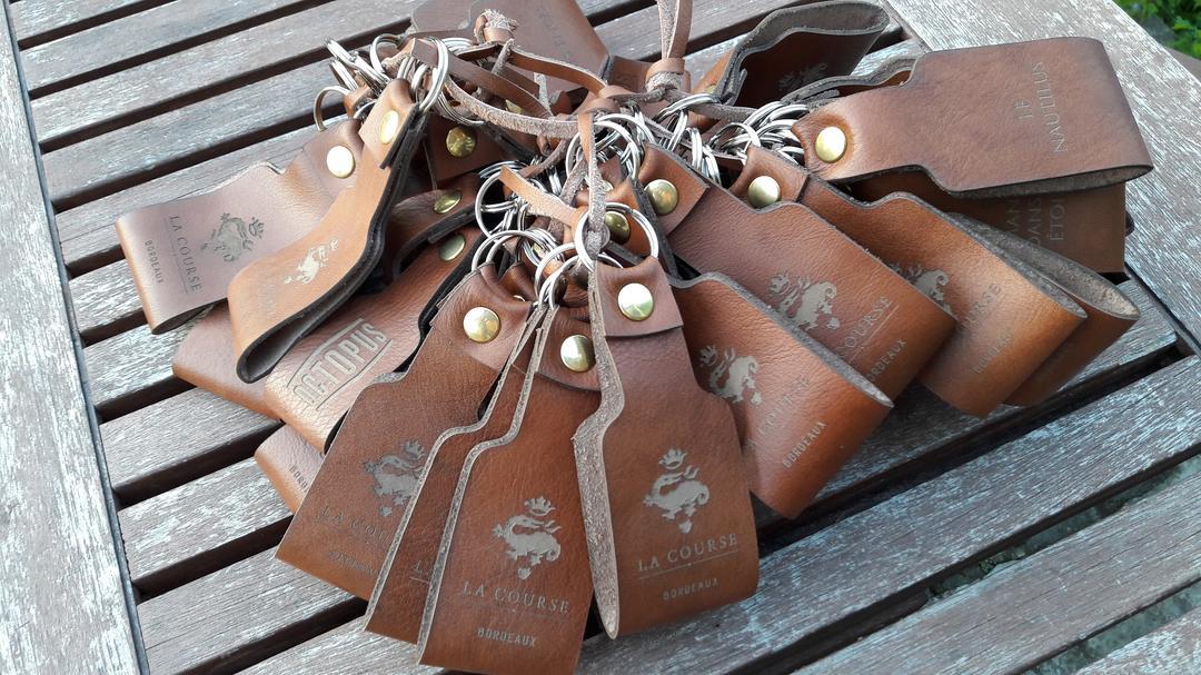 Porte clés en cuir gravé et découpé par laser pour la course bordeaux et pour Octopus