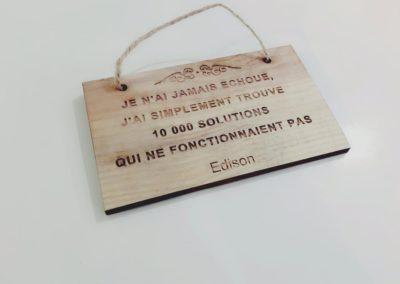 Citation gravée sur caisse de vin