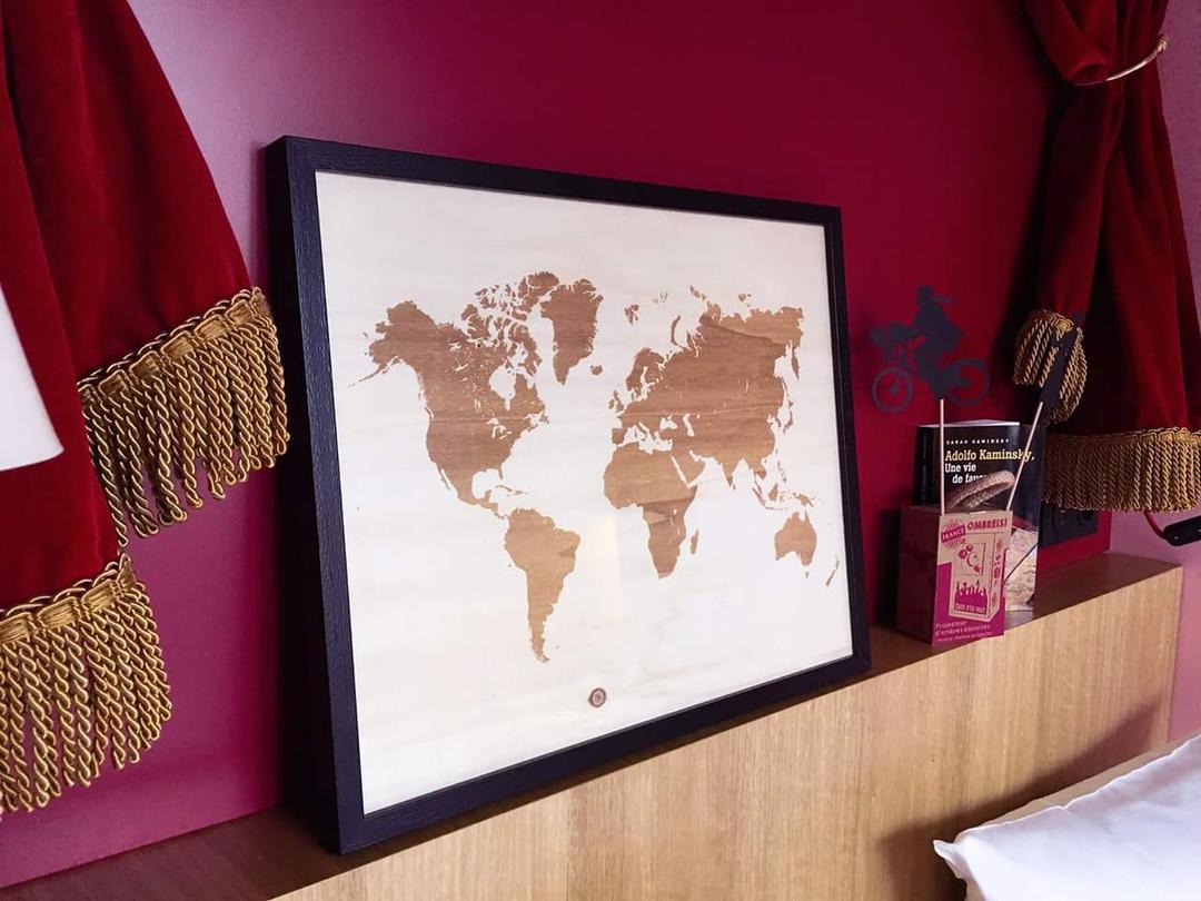 Mappemonde gravure sur bois laser impression collection Craft & Co au Mob Hotel