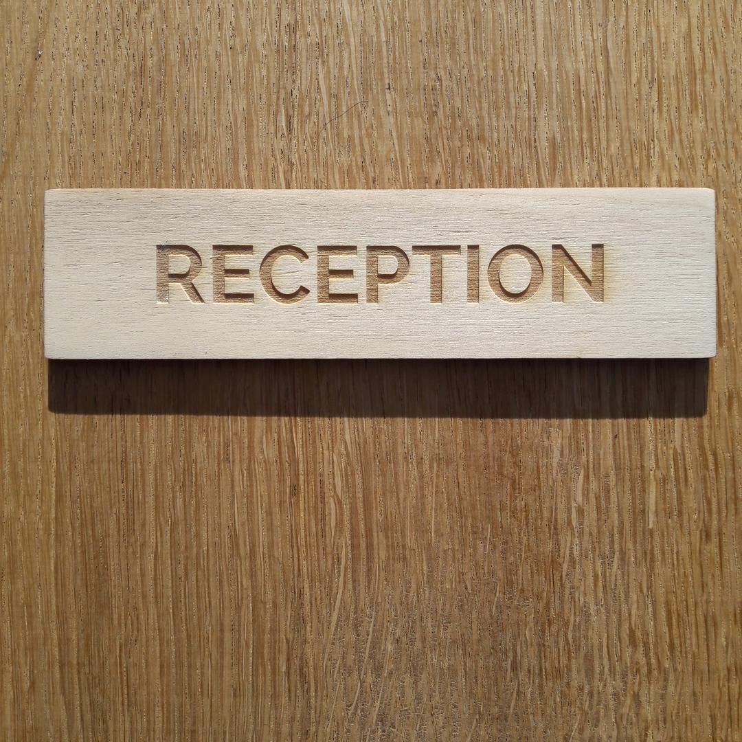 Plaque de porte signalétique gravure laser sur bois