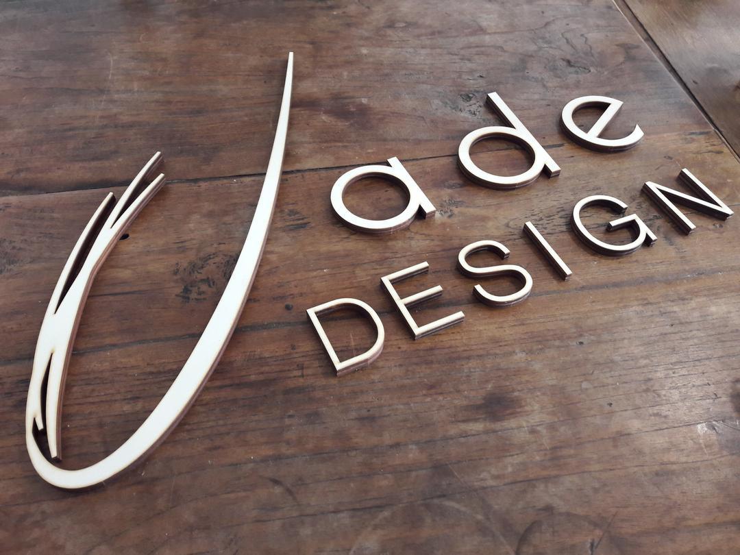 Enseigne signalétique jade design decoupe laser bois
