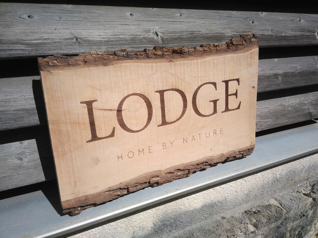Enseigne en bois Lodge gravure et découpe laser