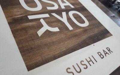 Osakyo – une plaque signalétique gravée sur peuplier