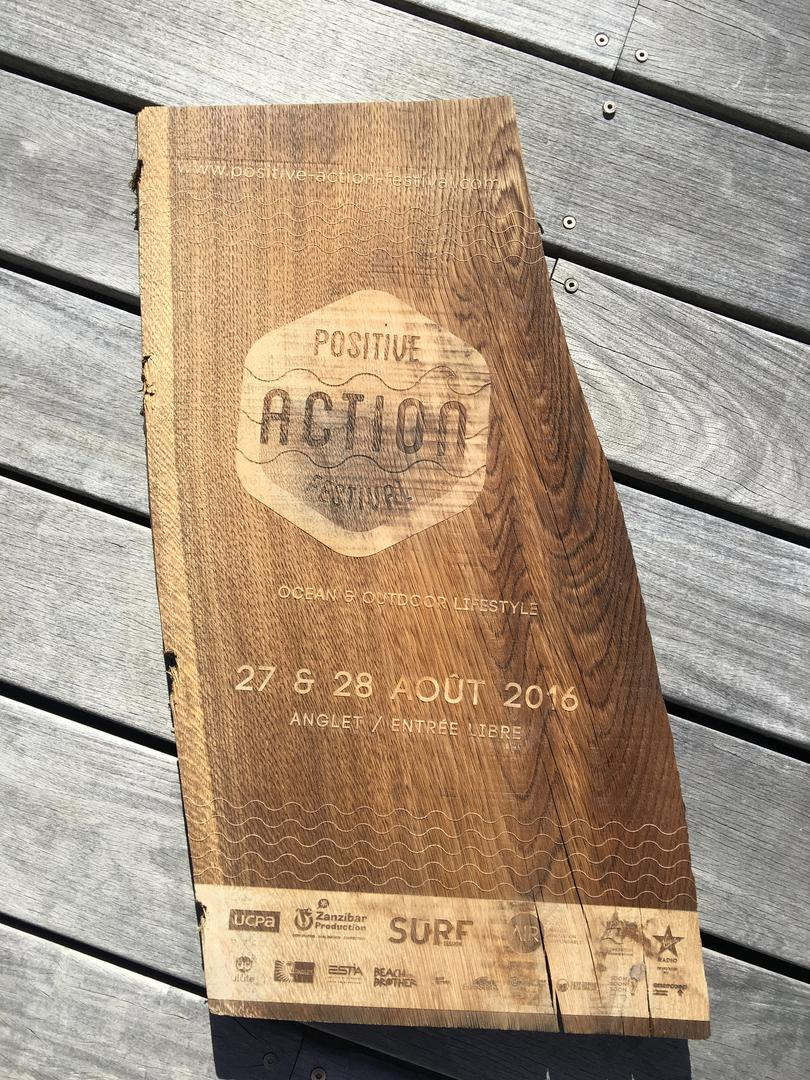 Panneau signalétique Positive action Festival gravure et découpe laser sur bois