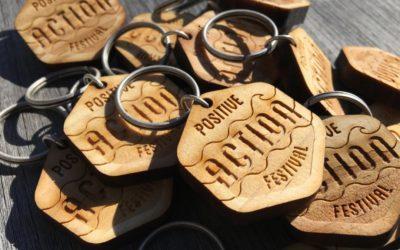 Positive Action Festival – porte-clés en pin gravés par laser