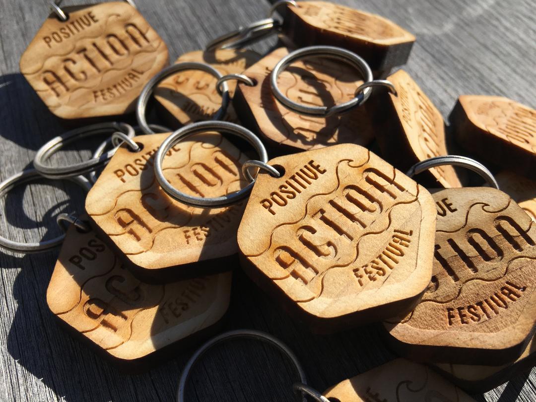 Porte clés Positive action Festival gravure et découpe laser sur bois