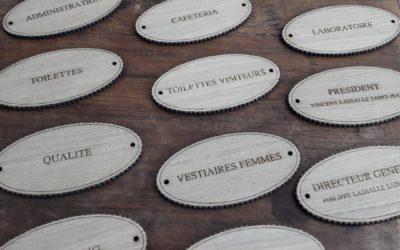 Signalétique de bureaux – plaques de porte pour la Maison Meneau