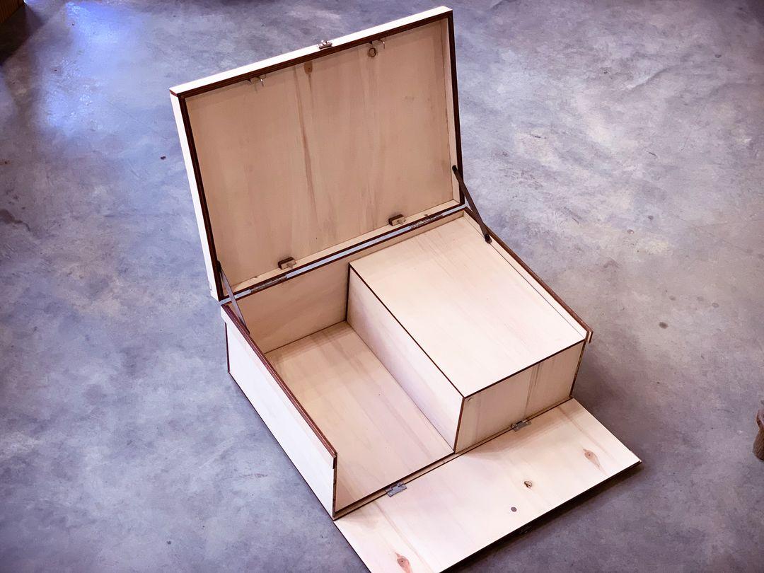 Coffret boite en peuplier sur mesure gravée par laser pour réponse à appel d'offre agence architecture 2PMA pour la CPAM