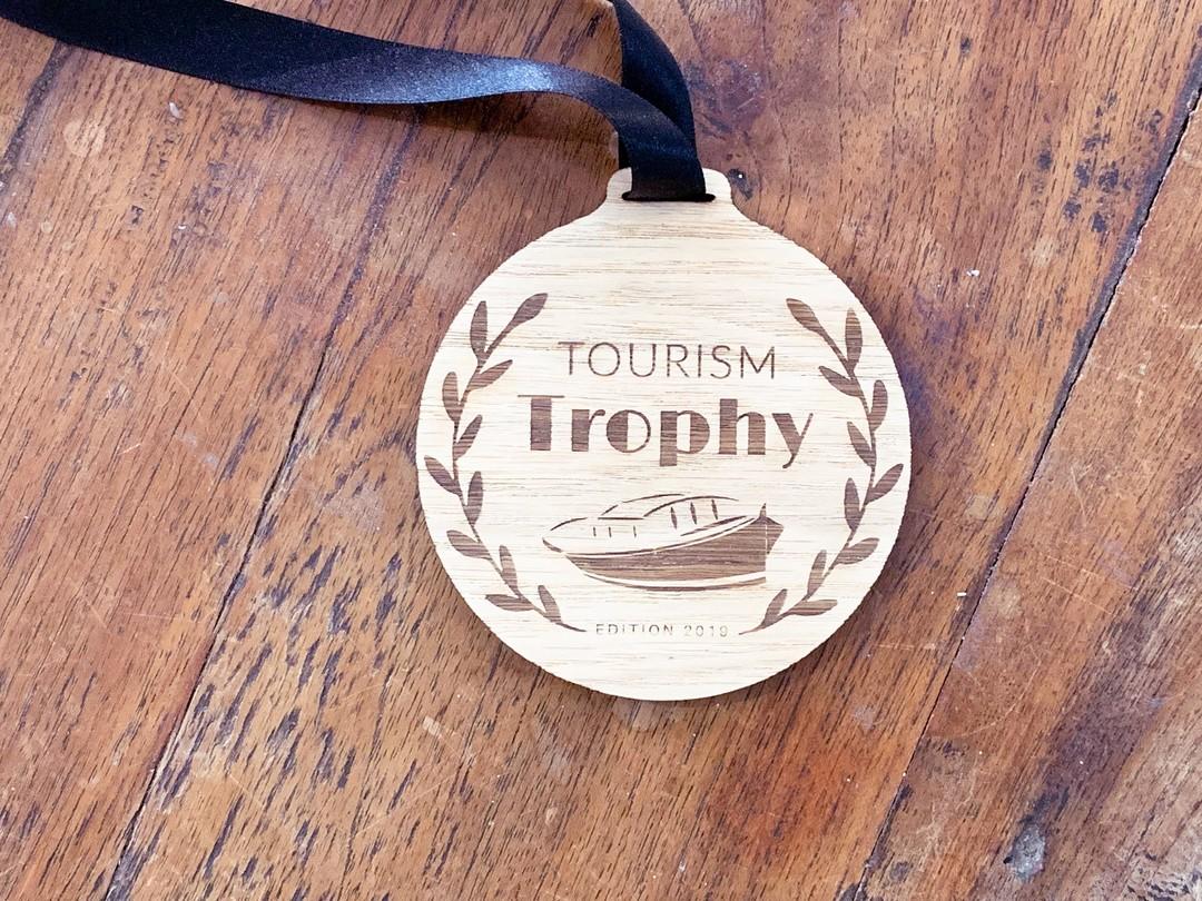 Médailles en chêne gravées par laser pour 3B voyages dans le cadre du Tourim Trophy en 2019