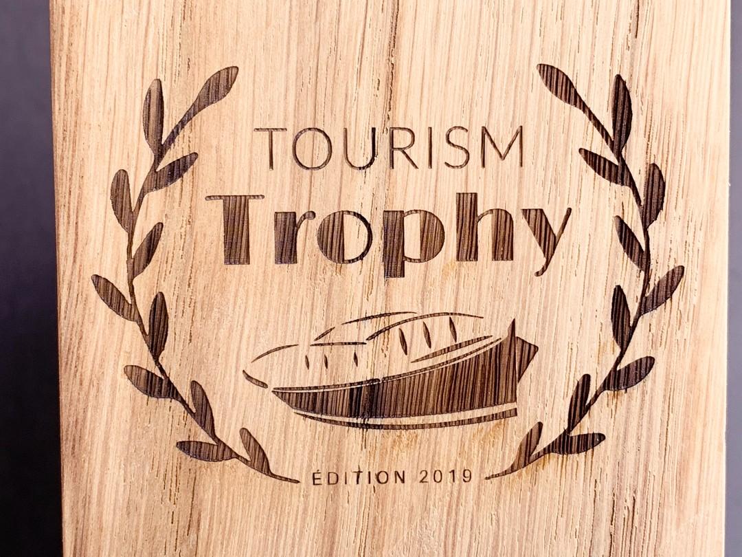 trophées en chêne massif gravés par laser pour 3B voyages dans le cadre du Tourim Trophy en 2019