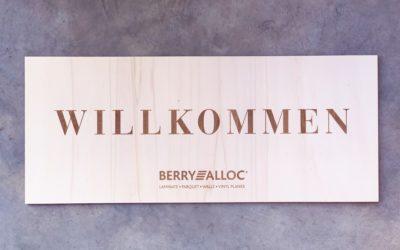 Panneau signalétique et invitations en bois pour BERRY ALLOC