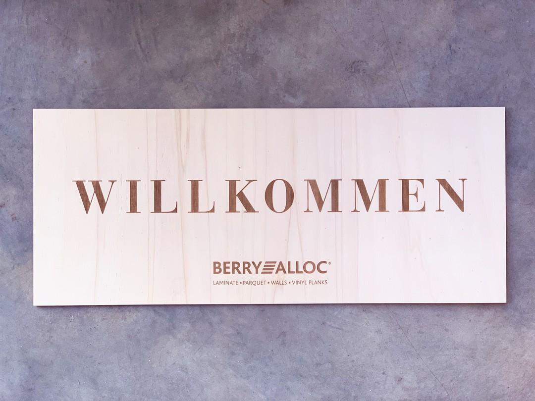 Panneau signalétique en peuplier gravé par laser pour Berry Alloc et agence Seline pour un évènement professionnel
