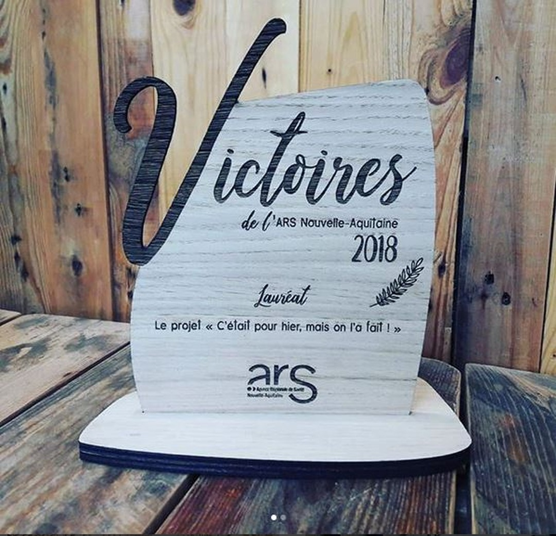 Trophée en bois massif gravé par laser pour agence regionale de santé ARS nouvelle aquitaine pour le séminaire des cadres 2016