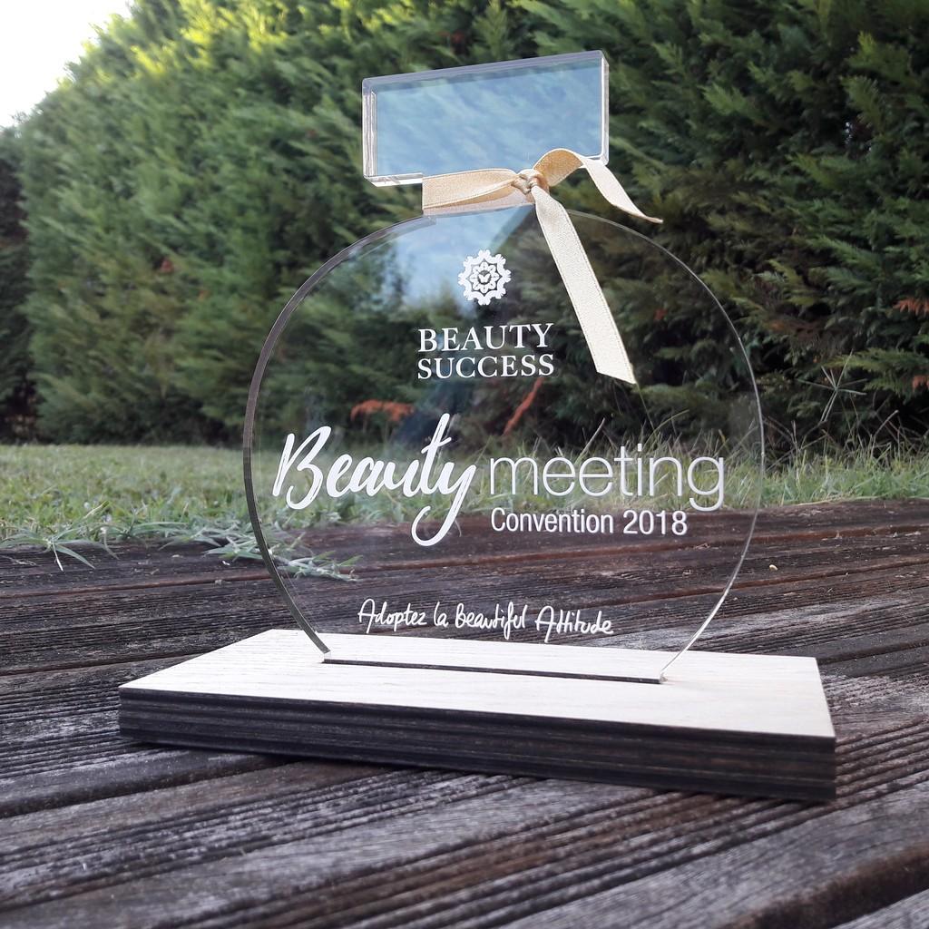 Trophée en acrylique de forme de bouteille de parfum gravé et découpé par laser et socle en chêne pour Beauty Success meeting 2018