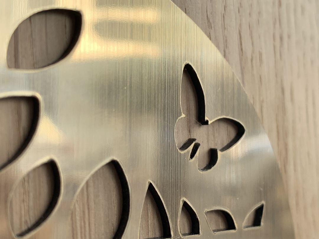 Trophée en bois chêne massif avec un médaillon en acrylique imitation or pour Beauty Success Convention