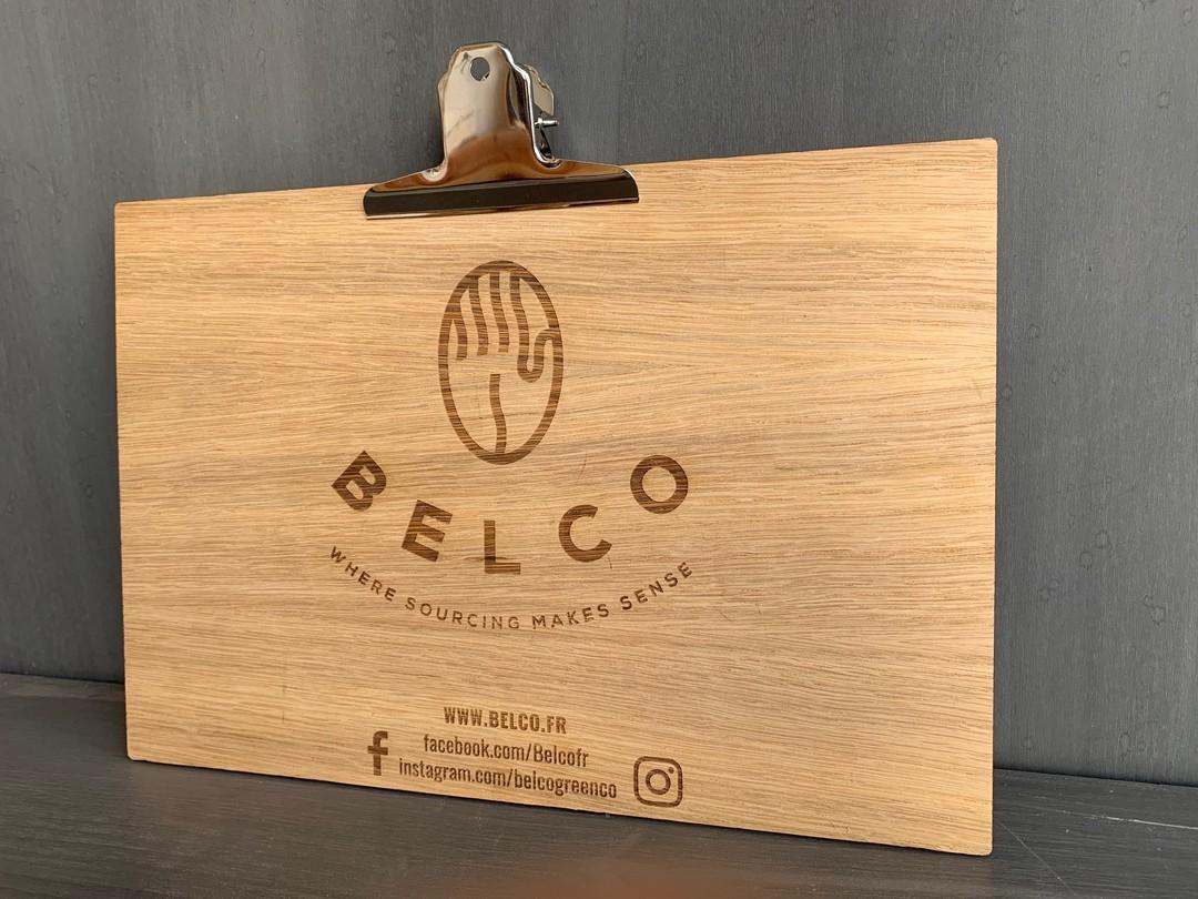 Support de dégustation en contreplaqué de chêne bois gravé laser pyrogravure pour torréfacteur Belco avec une pince imitation laiton