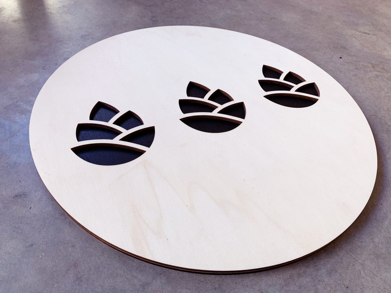 Panneau signalétique enseigne en peuplier contrecollé peint en noir en forme de pigne de pin gravure et decoupe laser pour belle des pins