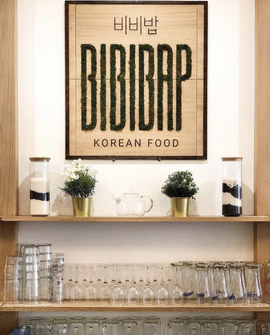 Plaque signalétique gravure et decoupe laser et vegetalisation stabilisee pour le restaurant bibibap avec beegreen jardins verticaux logo végétalisé