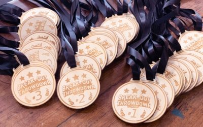 Trophées et médailles en bois pour la compétition nationale Break-Out Throwdown