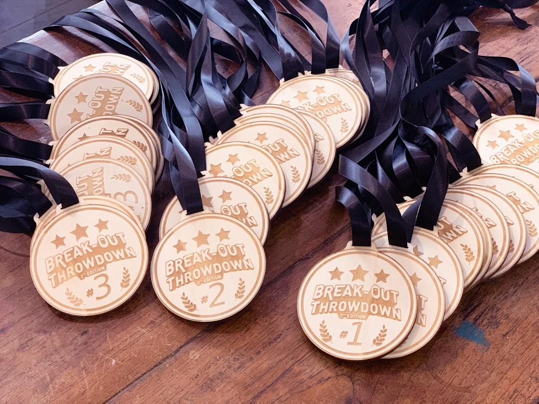 Trophées et médailles en peuplier pour le break out throwdown gravure et decoupe laser avec tour de cou satin