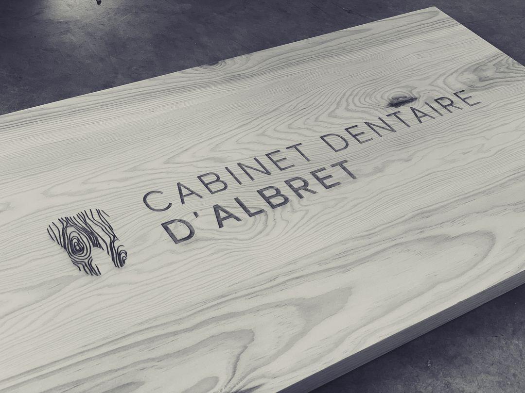 enseigne intérieure panneau signalétique en bois pin pour le cabinet dentaire d'albret gravure laser bordeaux personnalisé