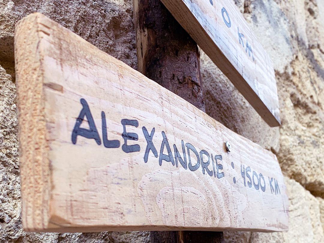 Totem signalétique en bois massif flèches signalétiques planche pin pour le chateau pedesclaux dans le cadre du marathon du medoc gravure laser