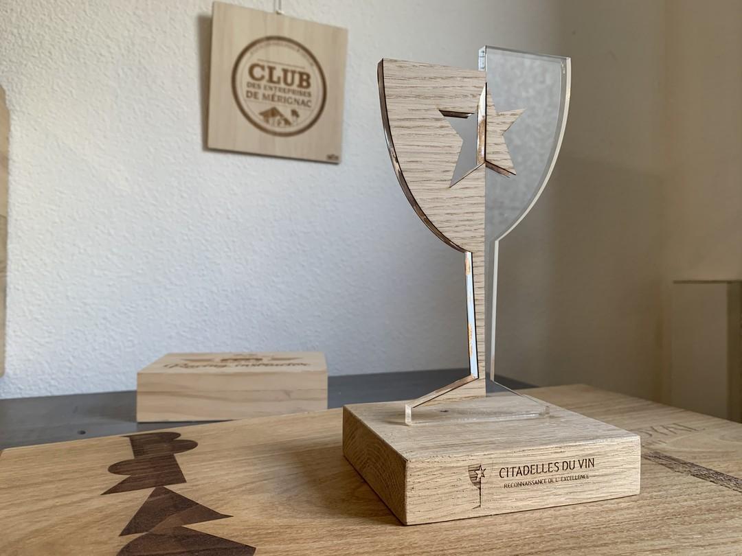 Trophée sur mesure en forme de verre à vin chêne massif et placage et acrylique pour cdv