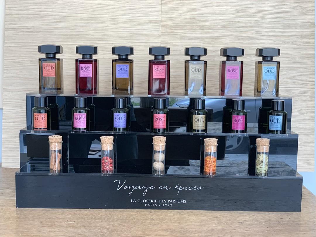 Présentoirs sur-mesure pour les parfums socles closerie des parfums voyage en épices en acrylique