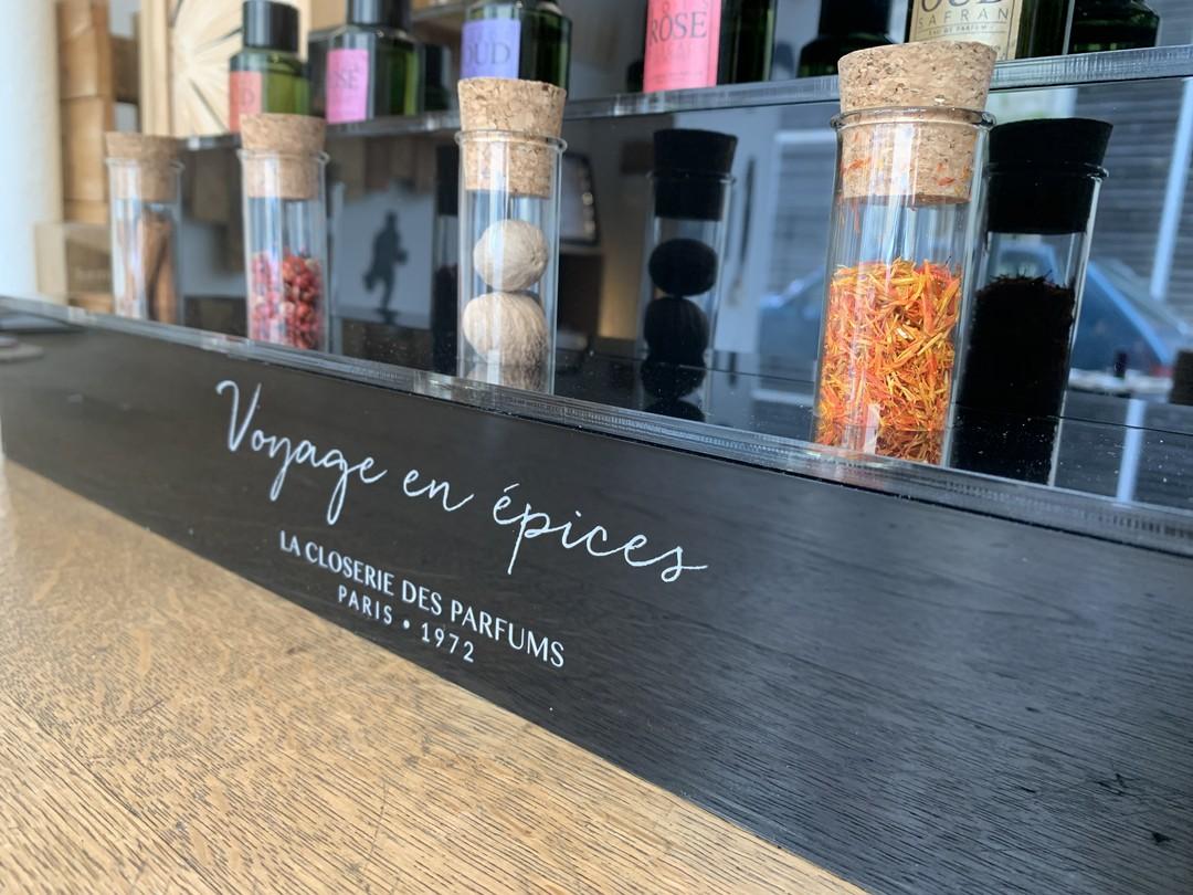Présentoir sur-mesure pour les parfums socles closerie des parfums voyage en épices en acrylique