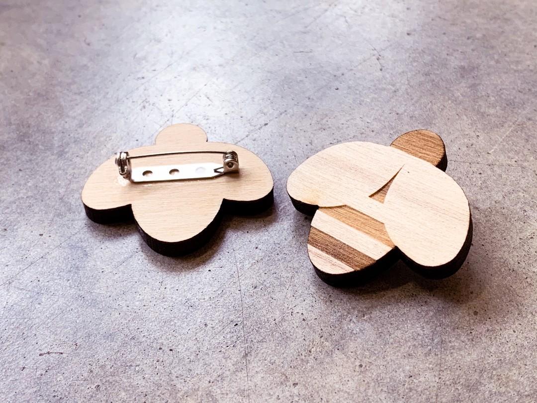 Badges personnalisés abeille broche pour le conseil departemental gironde cadeaux affaire sur bois peuplier grande quantités gravure et decoupe laser bordeaux