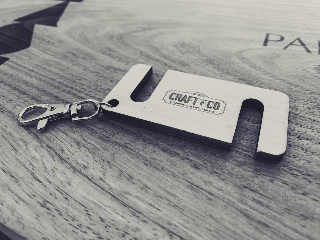 Porte clés support de téléphone personnalisé gravure decoupe laser bois peuplier goodies cadeaux d'affaires