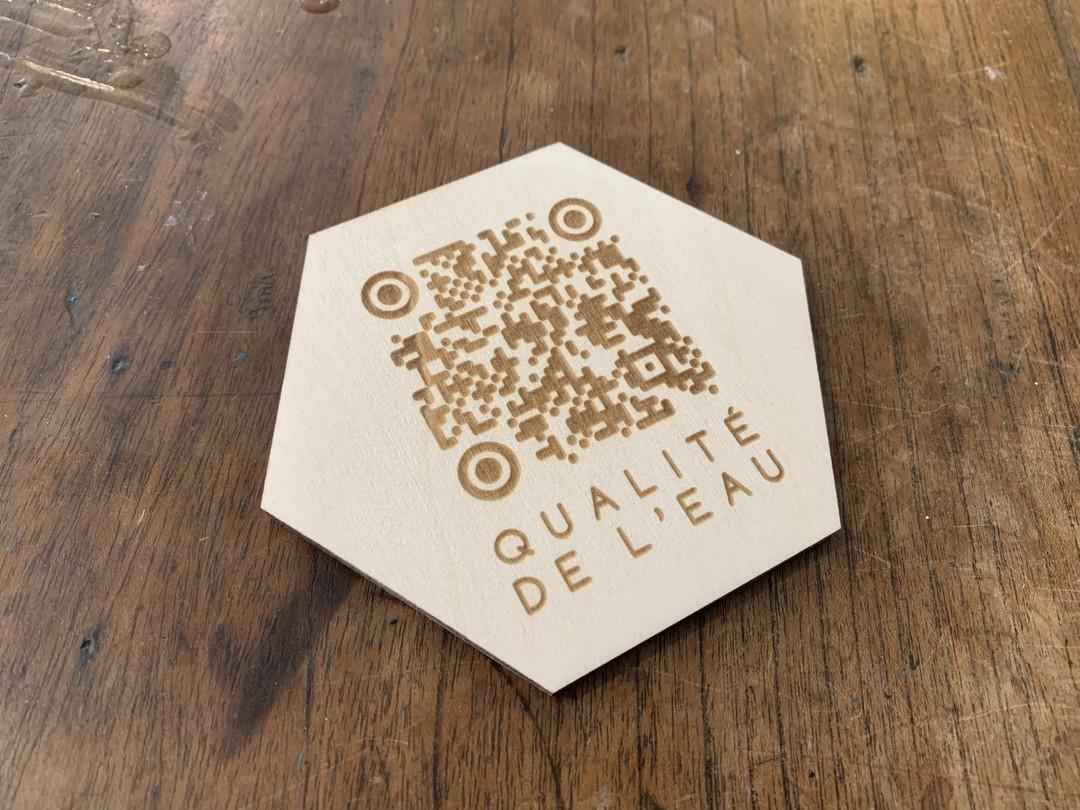 Plaquettes signalétiques en qr code gravé laser sur bois peuplier pour intérieur horizon 17 et dauchez payet