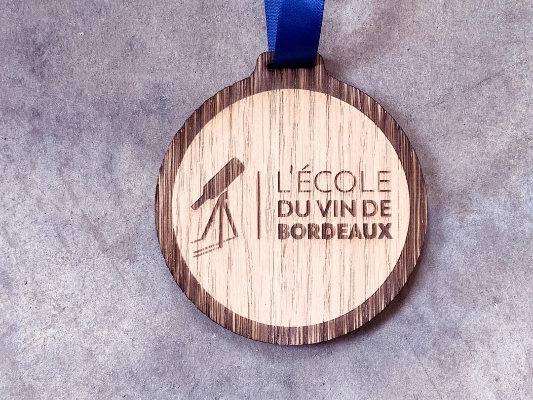 Médailles récompenses en bois contreplaqué de chêne pour les 30 ans de l'école du vin de bordeaux CIVB gravure et découpe laser