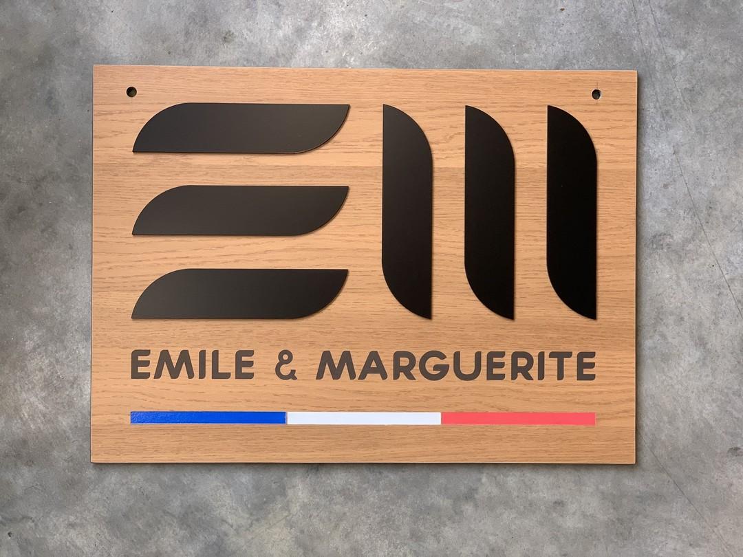 Enseignes extérieure en trespa imitation bois pour la boutique Emile et marguerite peinture decoupe laser elements acrylique