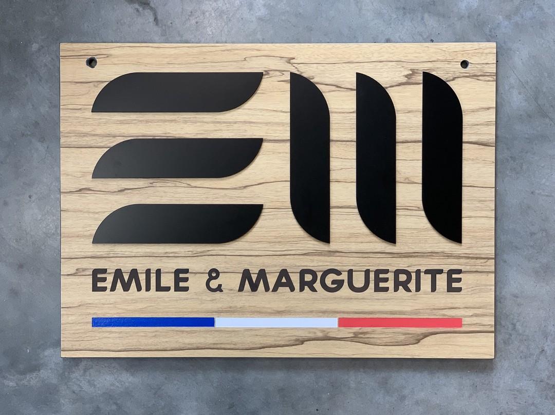 Enseignes extérieures en trespa imitation bois pour la boutique Emile et marguerite peinture decoupe laser elements acrylique