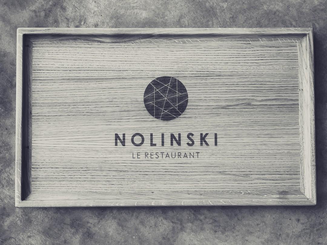 Plateaux sur-mesure en chêne massif menuisier gravure laser pour evok hotel de luxe restaurant petit dejeuner Nolinski