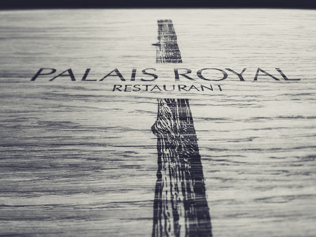 Plateaux sur-mesure en chêne massif menuisier gravure laser pour evok hotel de luxe restaurant petit dejeuner palais royal