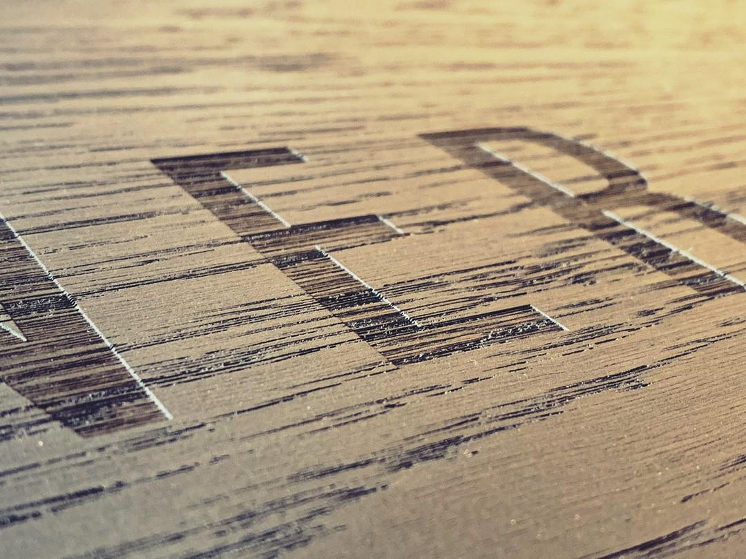 Plateaux sur-mesure en chêne massif menuisier gravure laser pour evok hotel de luxe restaurant petit dejeuner sinner