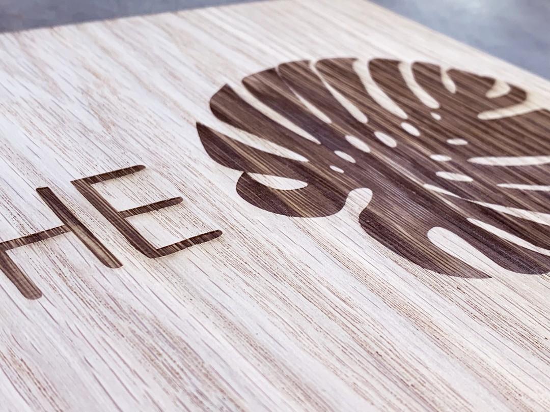 Panneau signalétique pour bureaux gravé et découpé par laser sur bois chêne pour Exco