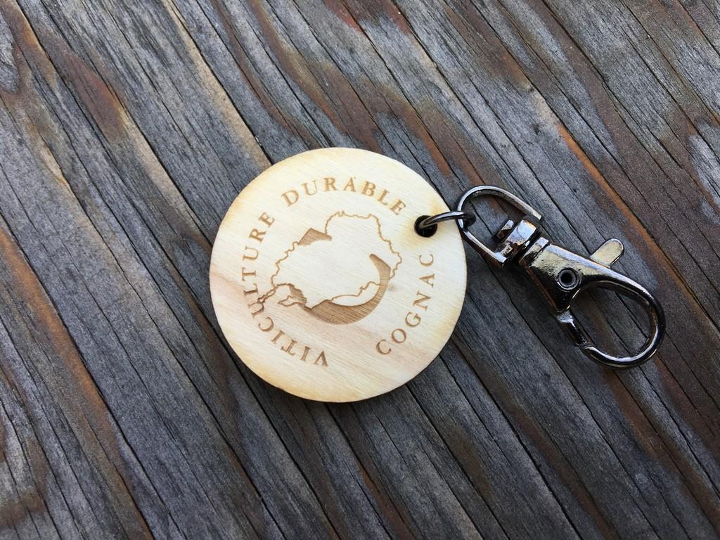 Porte-clés pour la fête du Cognac sur contreplaqué peuplier viticulture durable gravure decoupe laser
