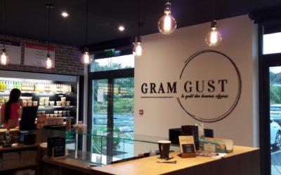 Gram Gust -Une signalétique murale en lettrages découpés