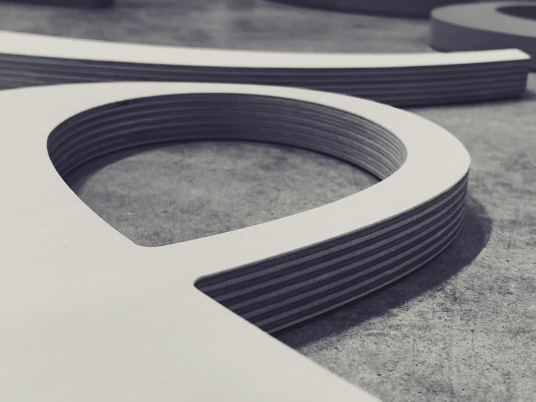Esperluettes signalétique en bois peuplier pour l'habillement des bureaux des agences Ideal groupe