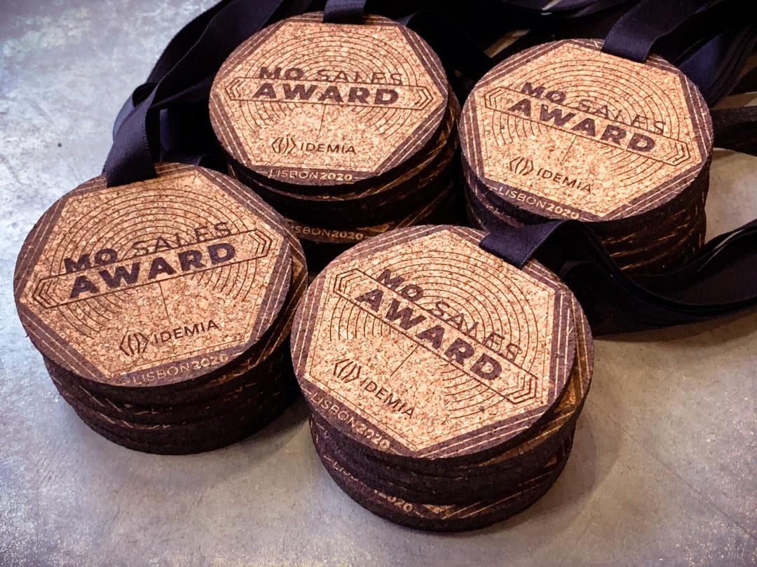 Médailles en liège gravéés et découpées par laser pour convention Idemia à lisbonne en 2020