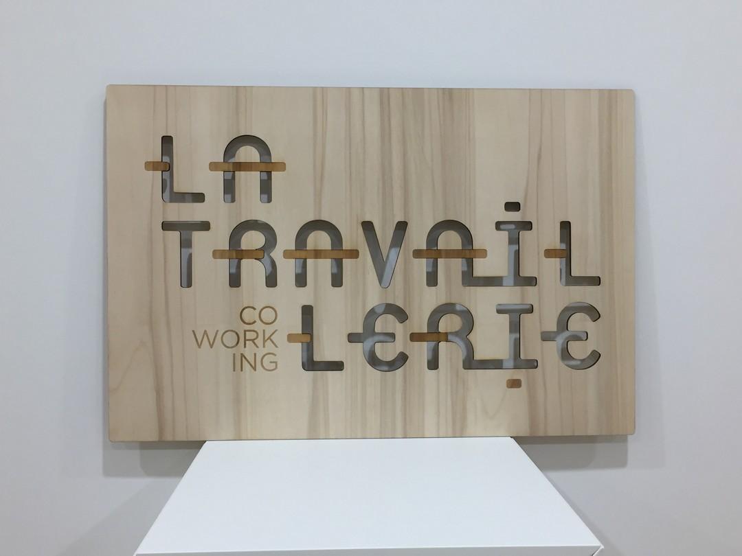 Plaque signalétique en découpe et gravure laser sur peuplier avec un lettrage pour la travaillerie co-working