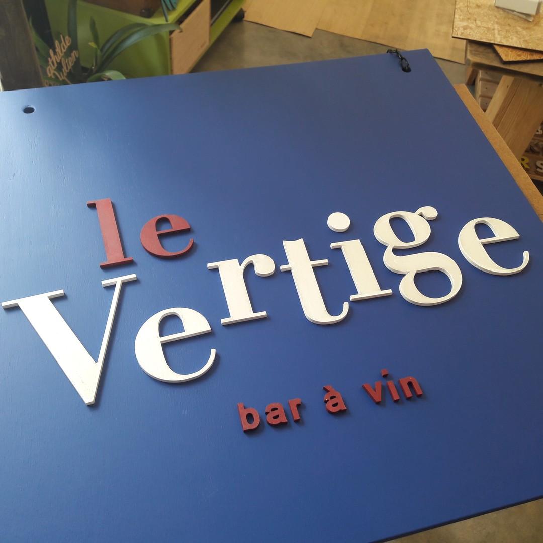 Enseigne signalétique en découpe de lettrage en bois peint par laser pour le bar à vin le vertige